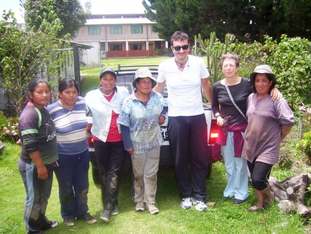 Roberto De Ficis con le donne del progetto PACHAMAMA a Quito, Ecuador