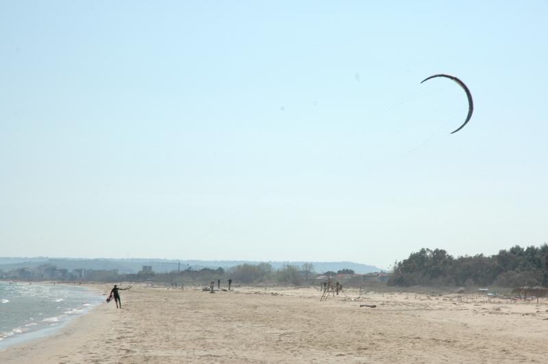 Buone condizioni di vento kitesurfing e spettacolo sulla for Disegni moderni della casa sulla spiaggia