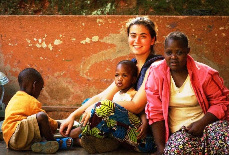 Valentina con i bambini dell'orfanotrofio dell'Hameau des Jeunes di Musha