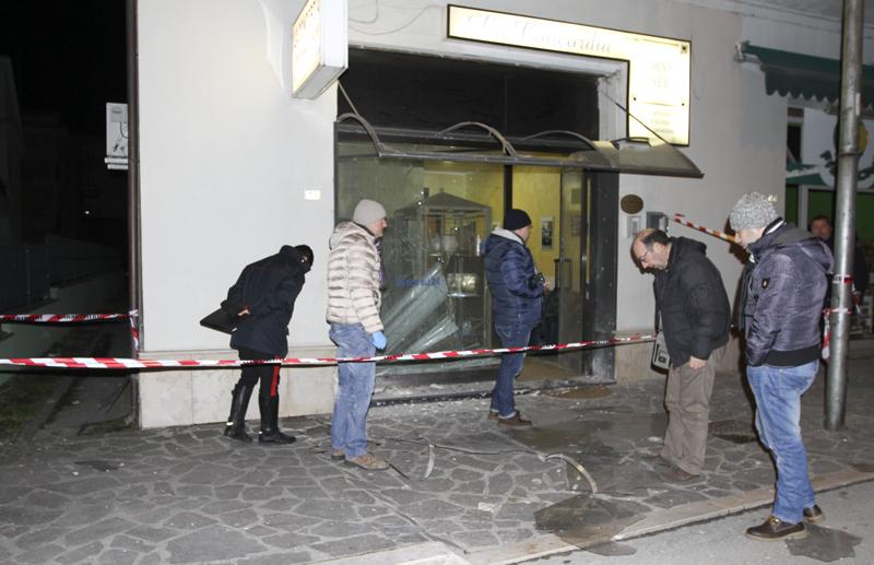 L'agenzia di pompe funebri davanti la quale è esplosa una bomba carta