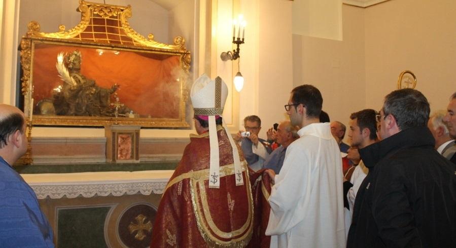 Il vescovo Forte nella cripta restaurata (Foto di Lino Spadaccini)