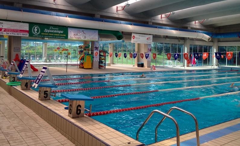 Un sollevatore per disabili a disposizione nella piscina for Disposizione del piano piscina