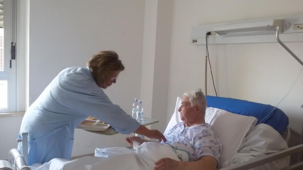 Loredana Longhini, Presidente AVO Vasto aiuta una paziente durante la cena