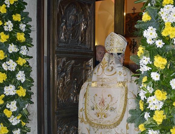 Giubileo della misericordia aperta la porta santa ai - Immagini porta santa ...