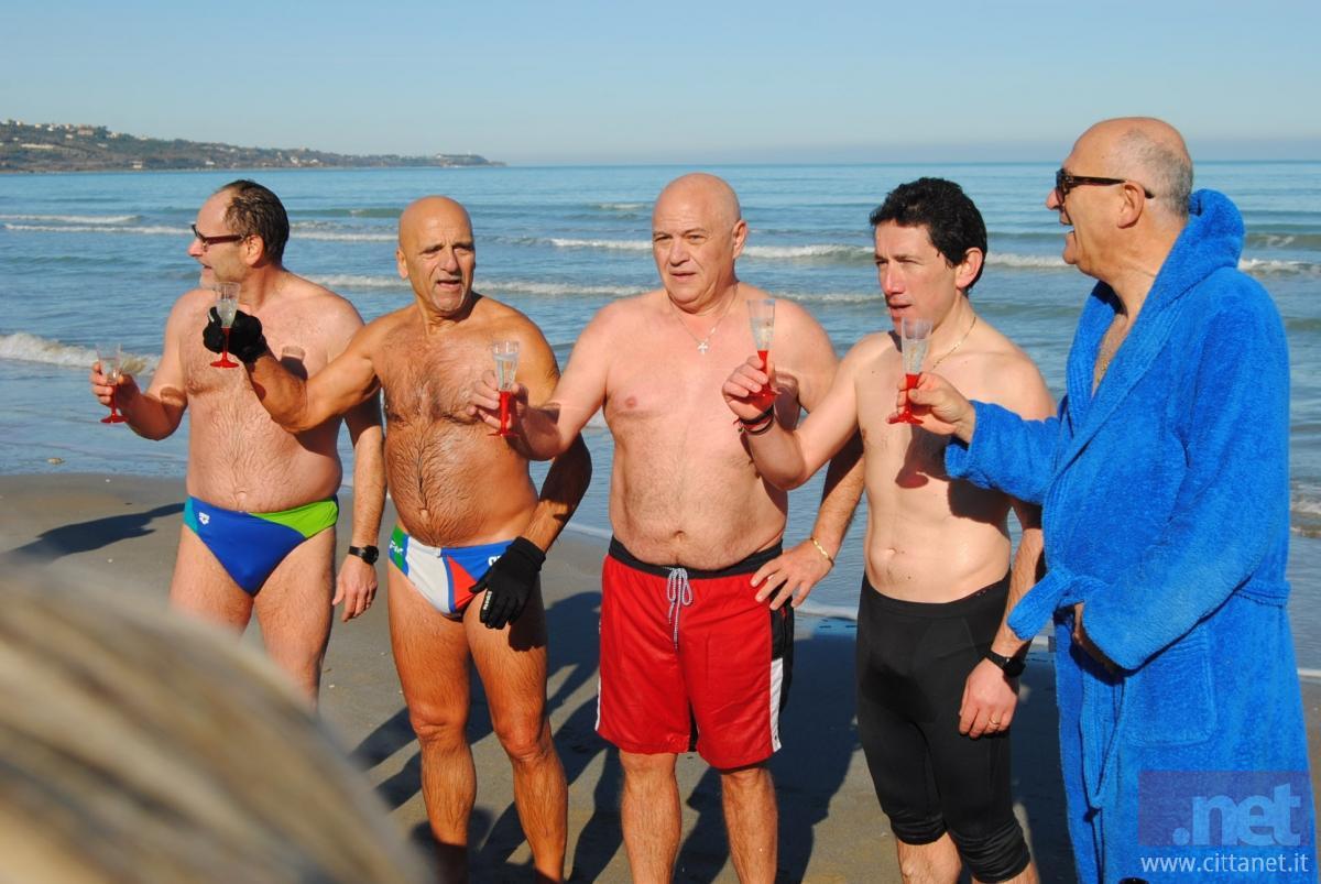 Bagno il primo giorno dell 39 anno a vasto marina sempre pi - Bagno di romagna ultimo dell anno ...