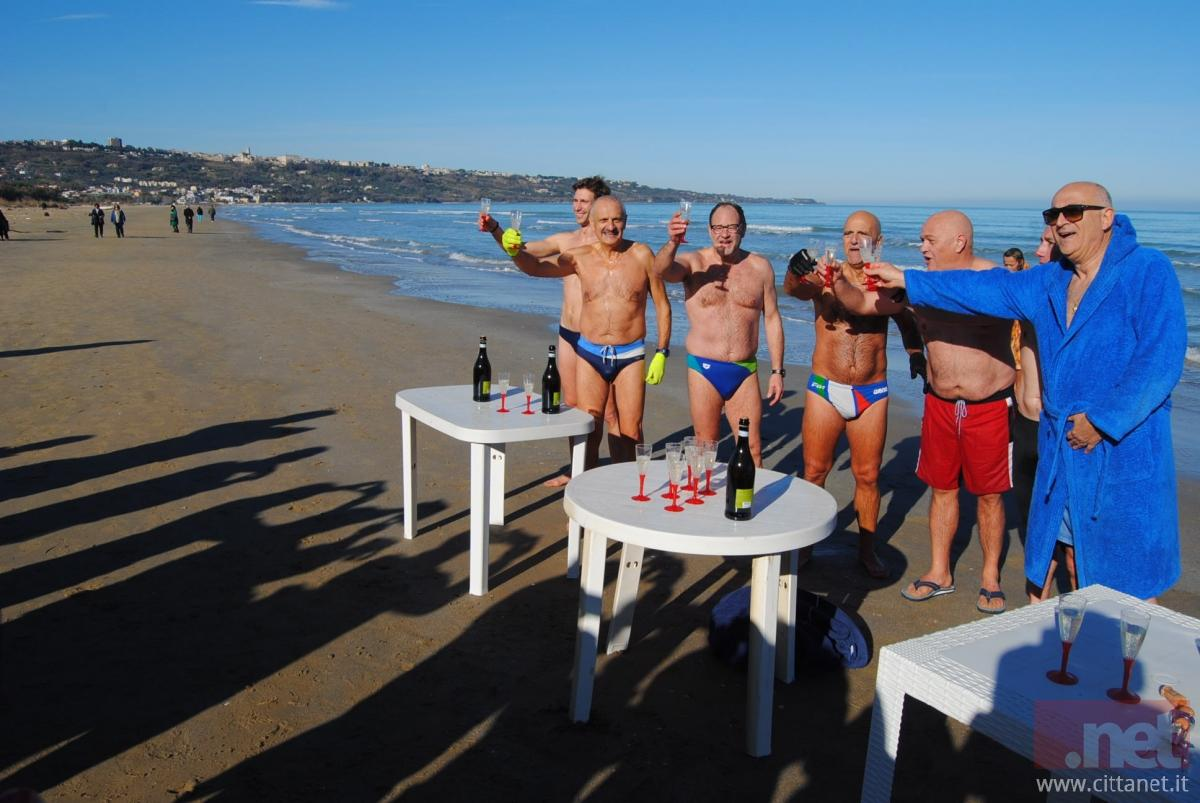 Bagno il primo giorno dell 39 anno a vasto marina sempre pi una tradizione dopo la quinta 39 eco - Bagno di romagna ultimo dell anno ...