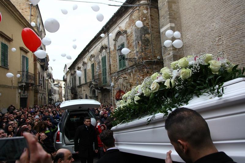 Tragedia di Rigopiano, funerali di Feniello, l'accusa del parroco: