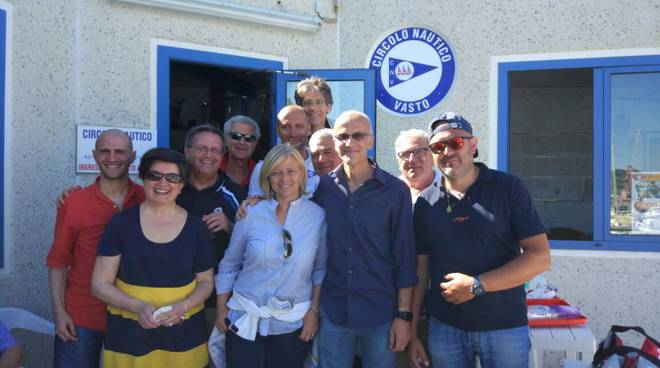 La 'truppa' di 'Linea Blu' con il gruppo del Circolo Nautico Vasto