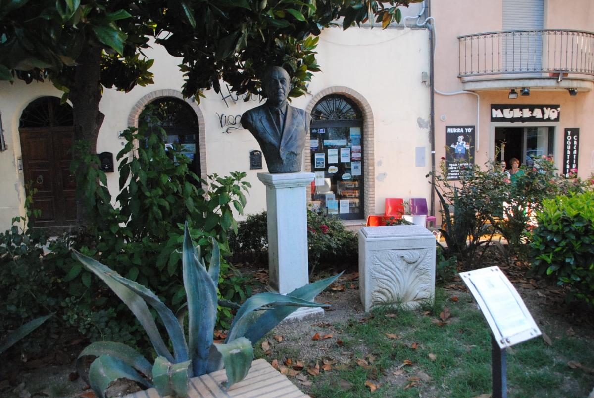 Il busto dedicato a Giuseppe Spataro in piazza del Popolo a Vasto