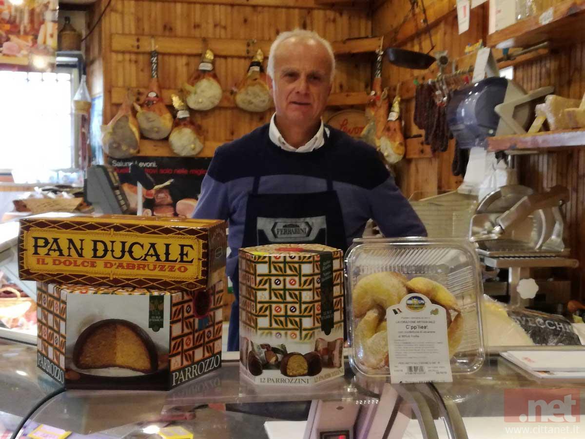 Nicola Belfiore nel negozio del centro storico di Vasto