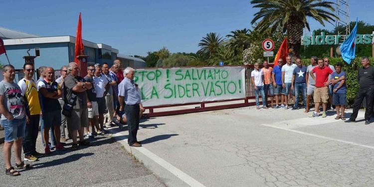 Una protesta dei lavoratori Sider Vasto (foto archivio da Il Centro)