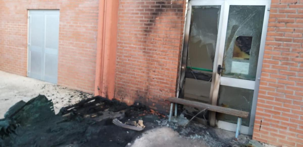 L'ingresso danneggiato degli uffici della Pulchra al PalaBCC