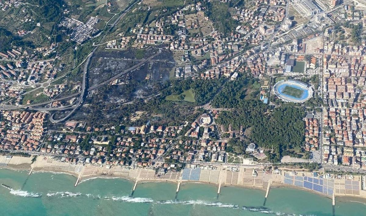 Foto dall'alto dell'area di Pescara Sud devastata dalle fiamme